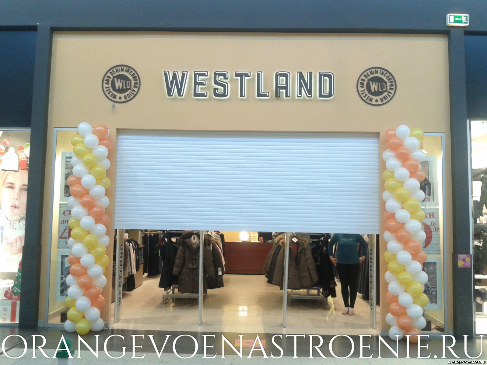 Столбики из шаров слева и справа от входа в магазин. Оранжевое настроение Самара